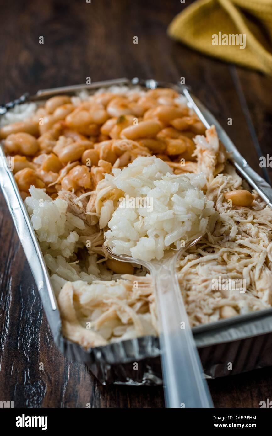 À Emporter, Fast Food turc poulet, riz et haricots blancs / Tavuk Pilav pilaf ou dans un coffret plastique Package / Conteneur. Plat traditionnel. Banque D'Images