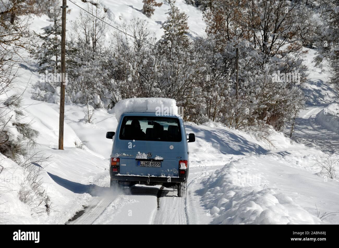 Voiture roulant sur la neige tassée ou route de campagne enneigée Blieux Alpes de Haute Provence Provence France Banque D'Images