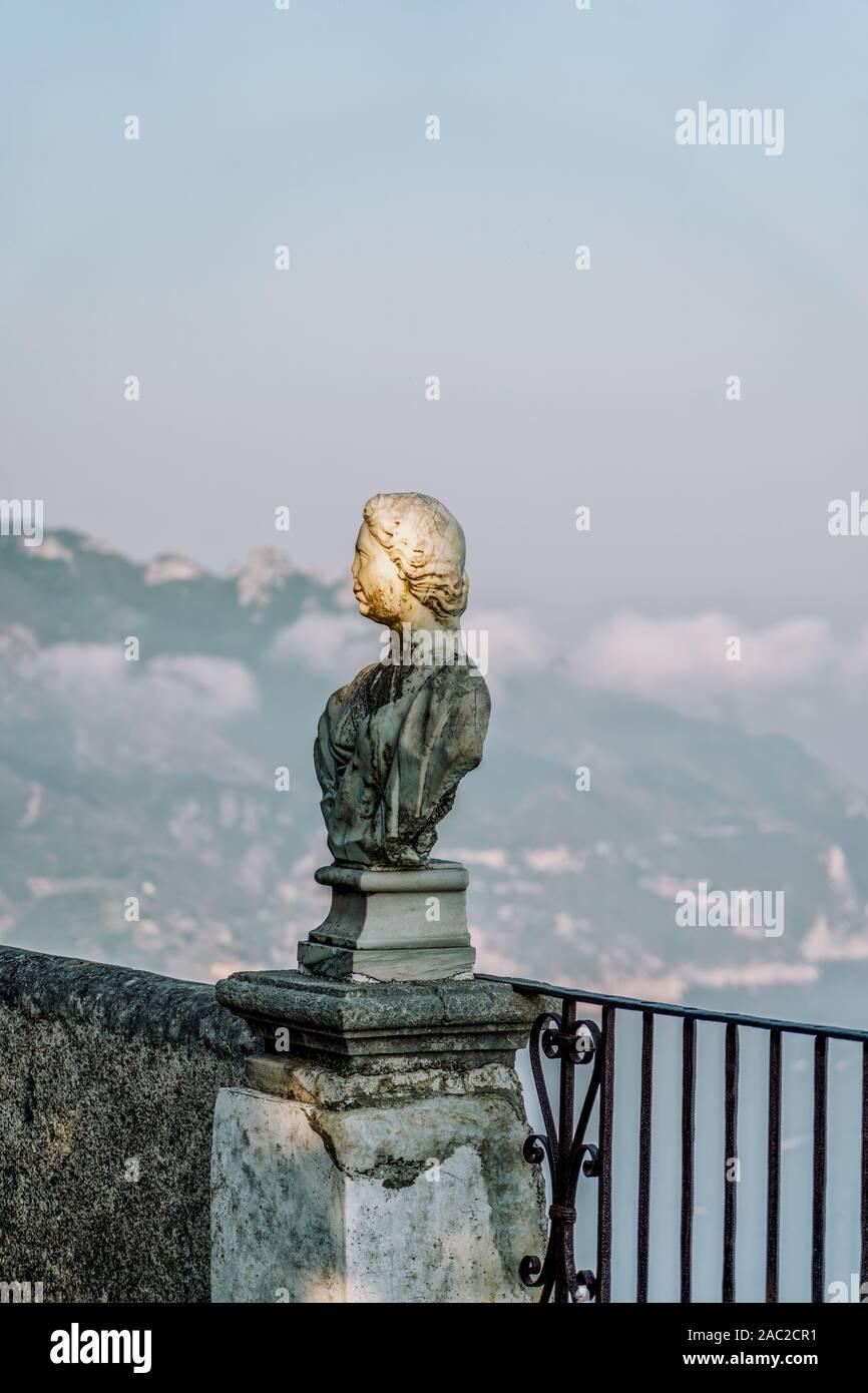 Statue historique dans le coucher du soleil à la terrasse de l'infini, la Villa Cimbrone, à Ravello, en haut de la côte d'Amalfi, Italie Banque D'Images