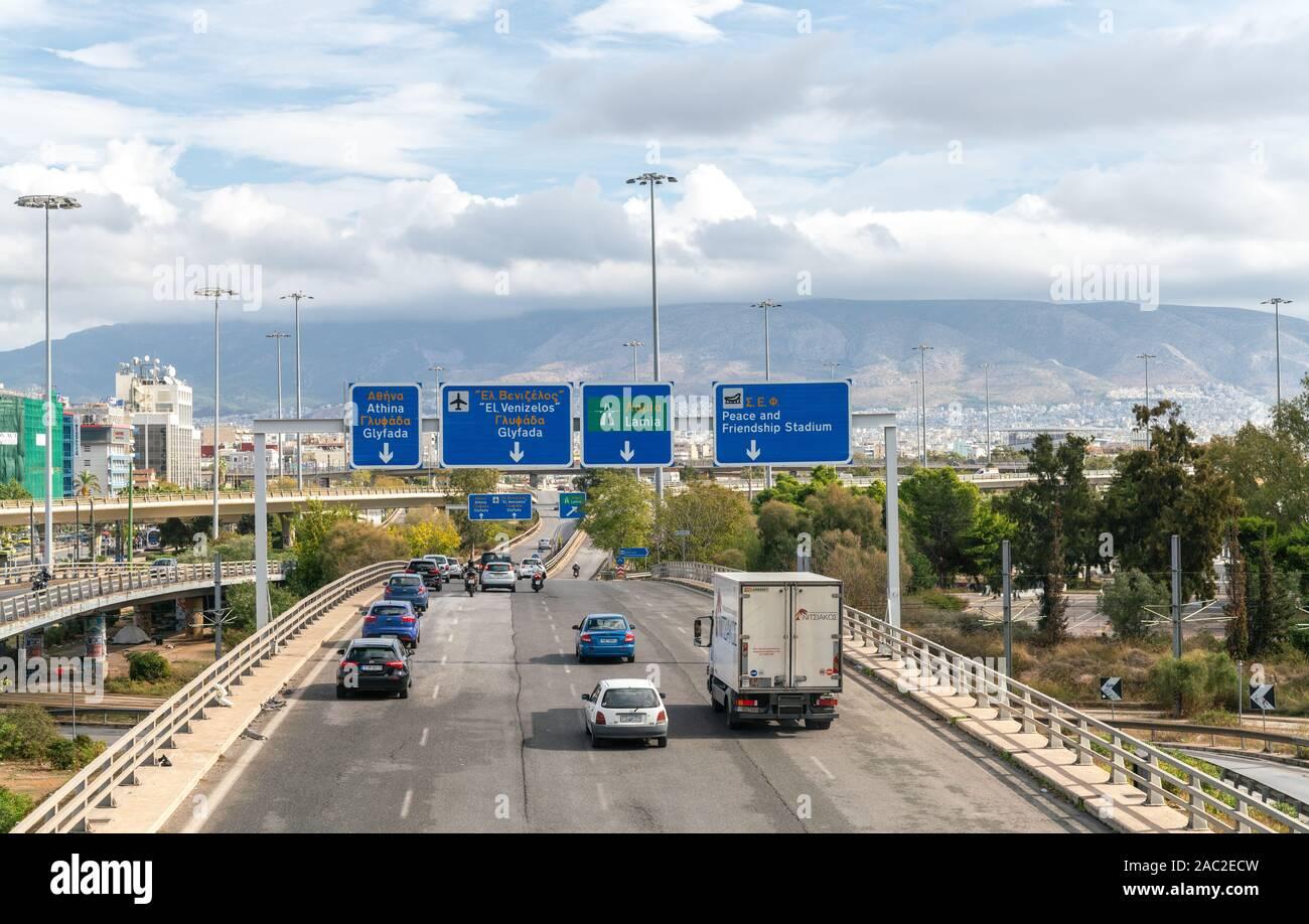4ème Nov 2019 - Athènes, Grèce. La signalisation routière sur une route très fréquentée avec des directions pour la paix et l'amitié et de l'aéroport Eleftherios Venizelos. Banque D'Images