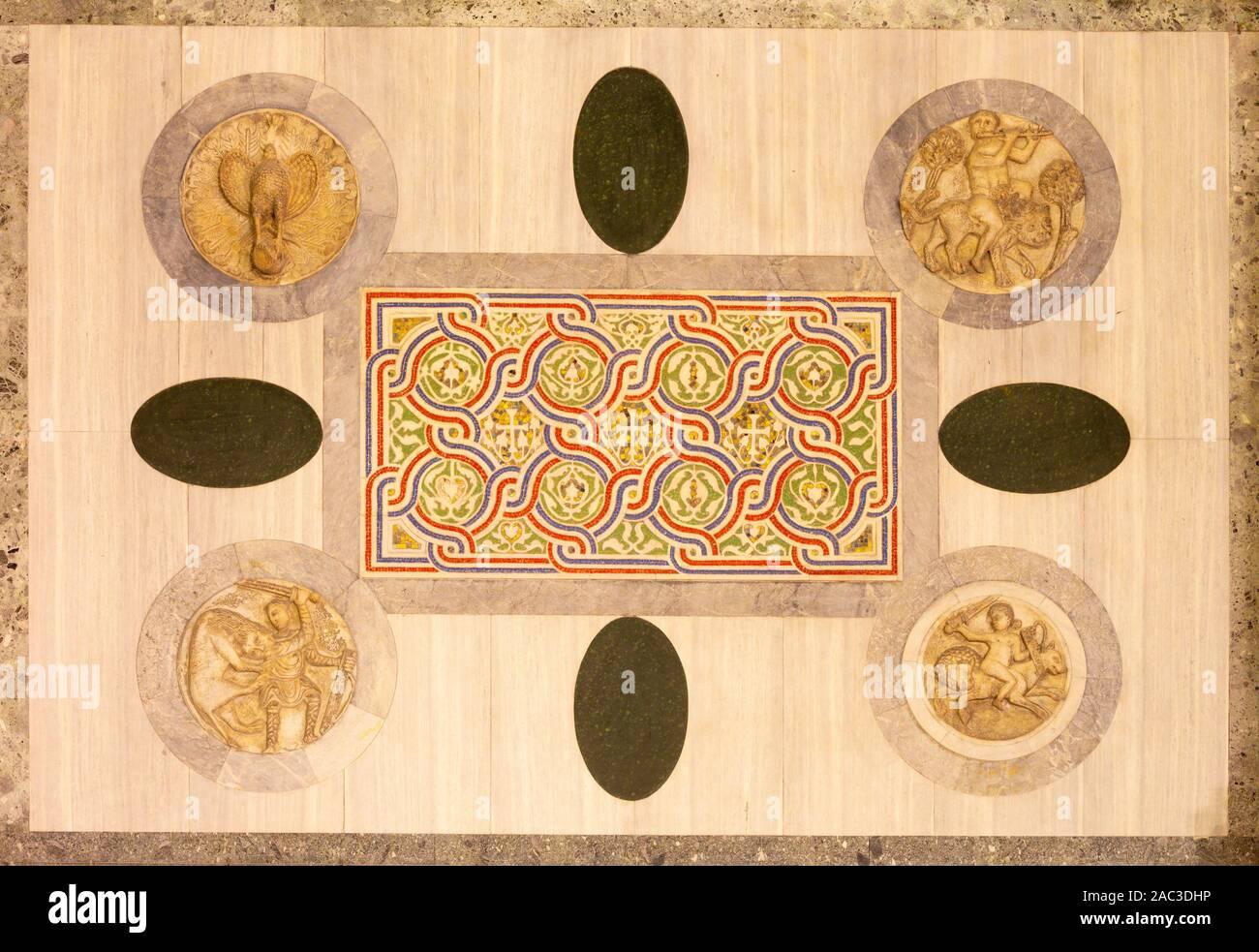 Venise, Italie - 11 mars 2014: Lames de mosaïque avec les symboles des quatre évangélistes sur st. Cathédrale de marque North Portal. Banque D'Images