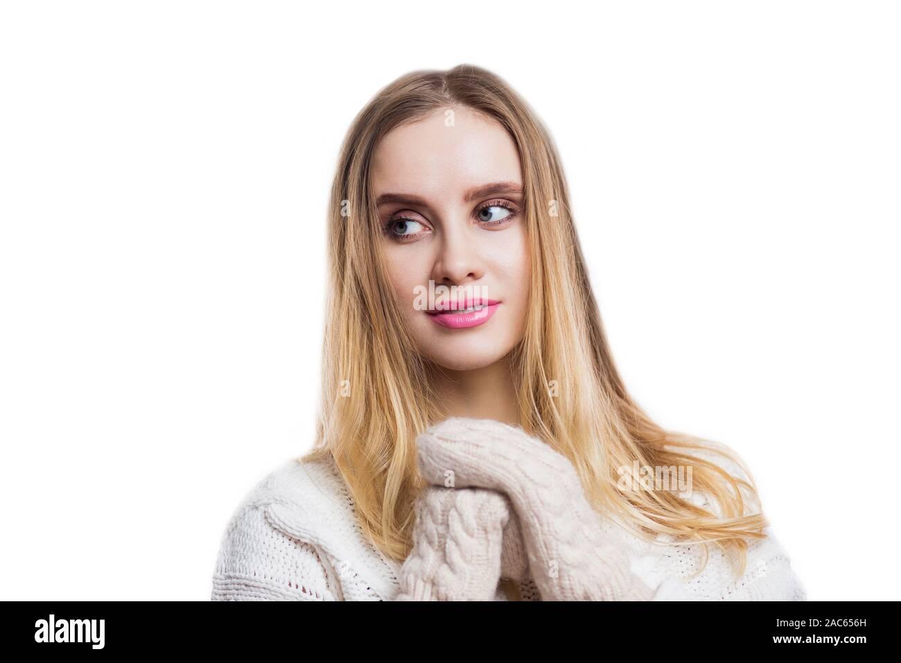 Portrait d'hiver belle jeune femme portant des mitaines tricotés chandail beige et sur fond blanc. Fille blonde en souriant et à la voiture. L'hiver, Banque D'Images