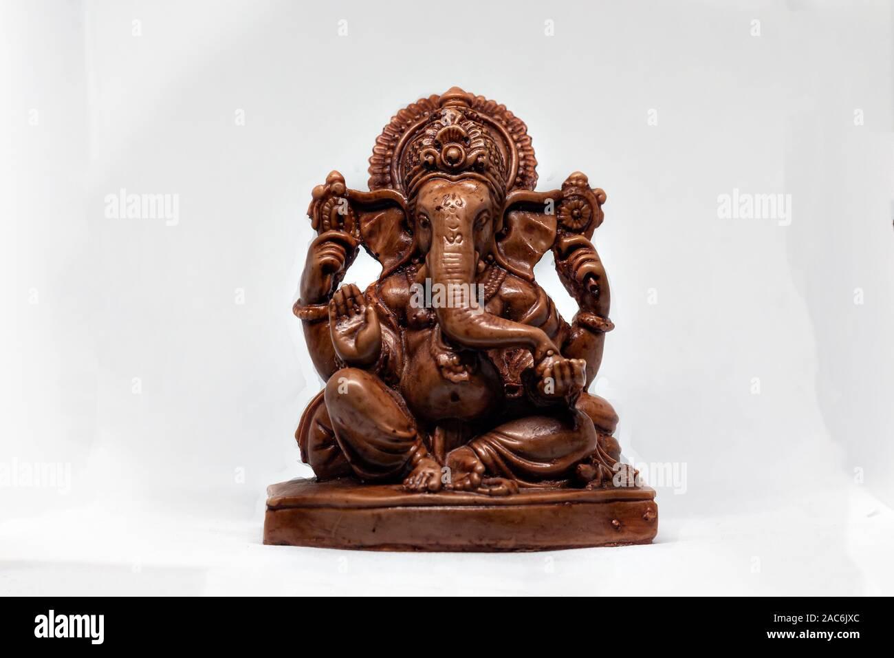 Statue en bois de dieu indien Ganesha avec un fond blanc, la religion hindoue Banque D'Images
