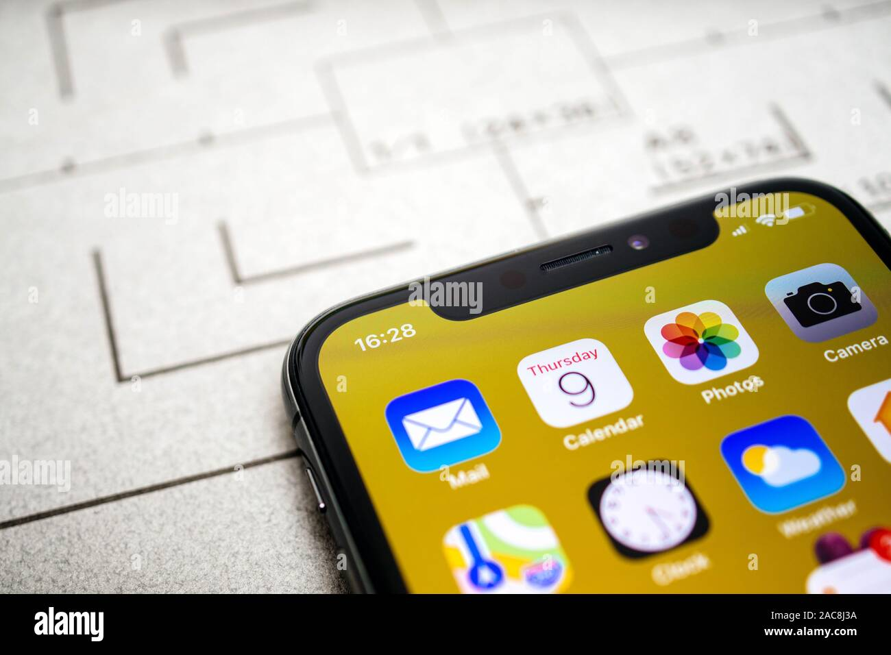 Paris, France - Nov 11, 2017: détails macro derniers ordinateurs Apple iPhone 11 Pro avec plan macro sur le calendrier, photos et Mail et l'app Appareil photo Banque D'Images