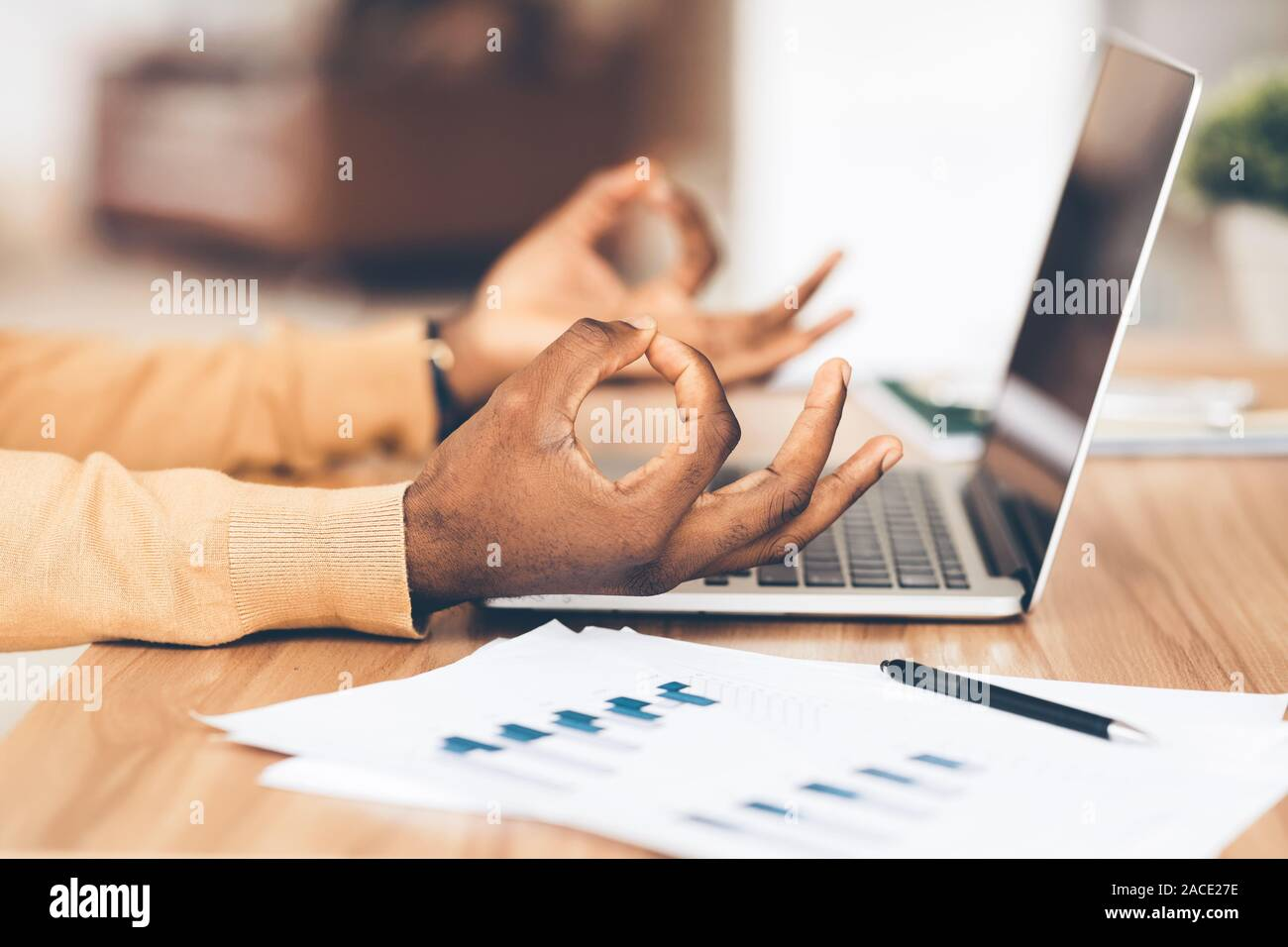 Libre d'african american businessman sitting in office Banque D'Images