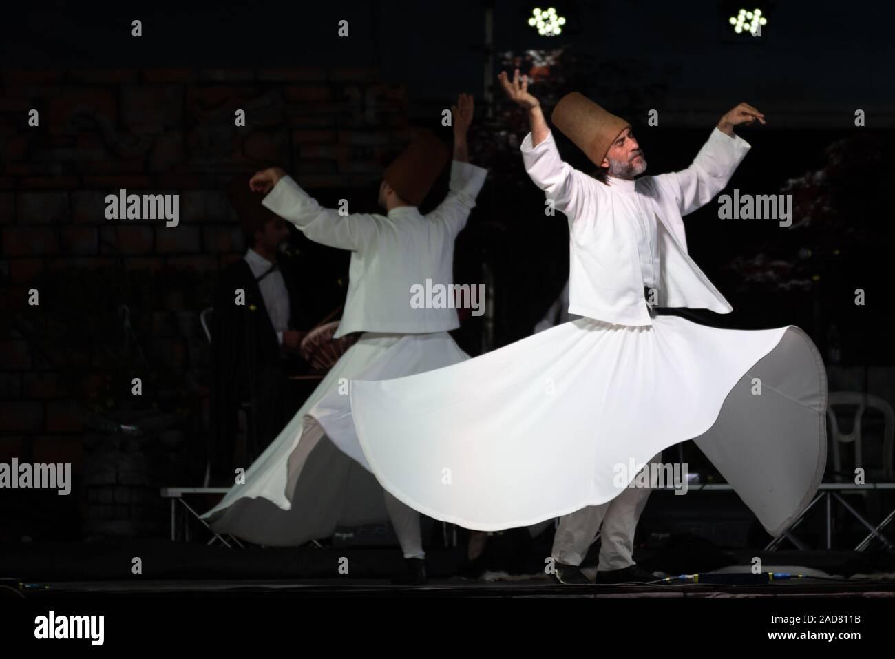 Le bain turc ou danseurs tourbillonnant tournoiement Soufi dancers performing des derviches tourneurs (Mevlevi) sema au festival LO SPIRITO DEL PIANETA Banque D'Images