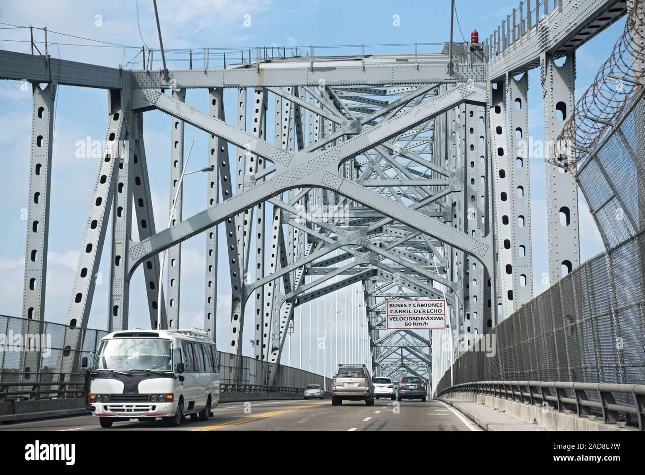 Le trafic routier sur le pont des amériques entrée du canal de Panama à l'ouest de la ville de Panama, p Banque D'Images