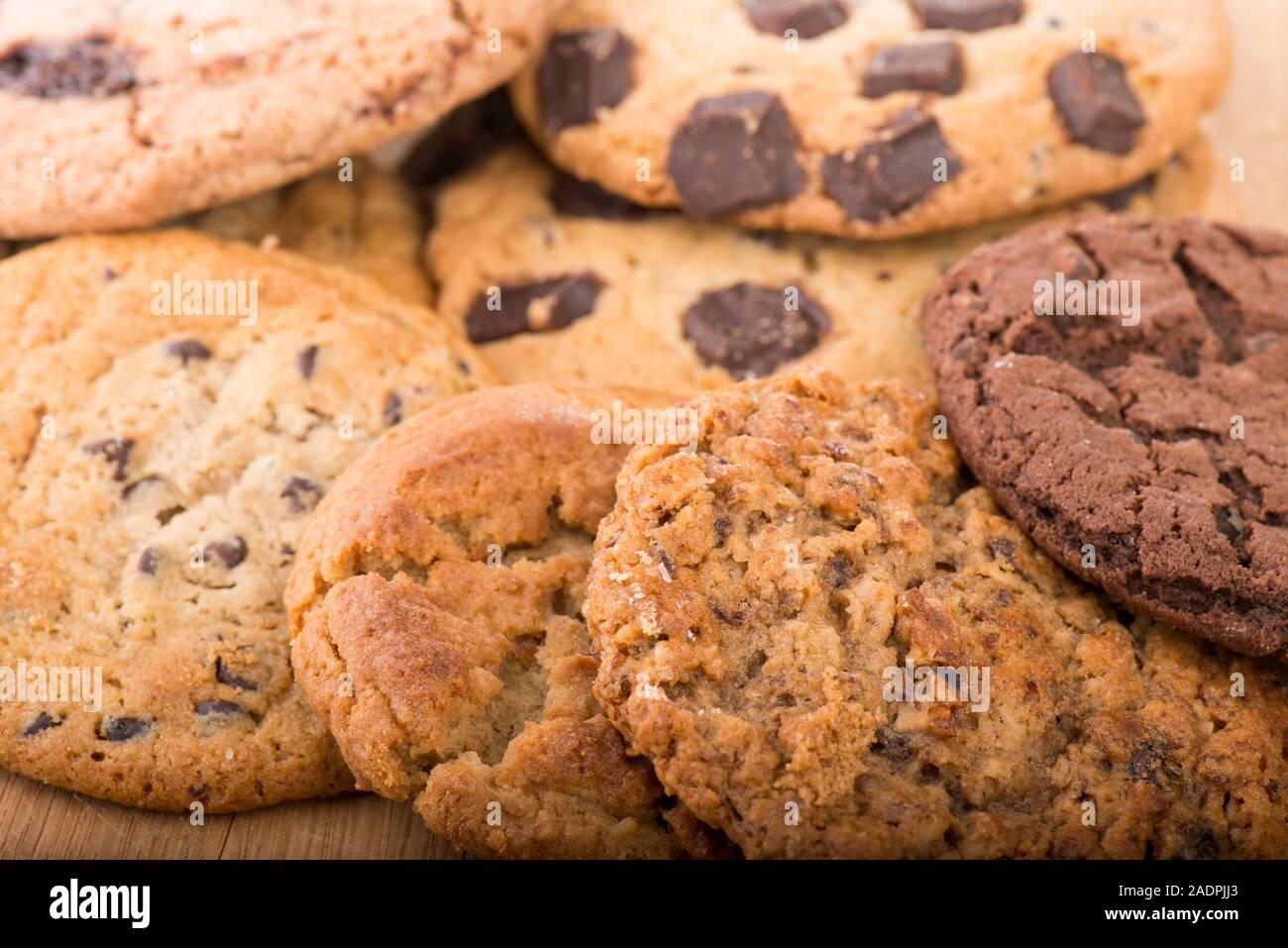 Assortiment de biscuits fraîchement cuits différents empilés Banque D'Images