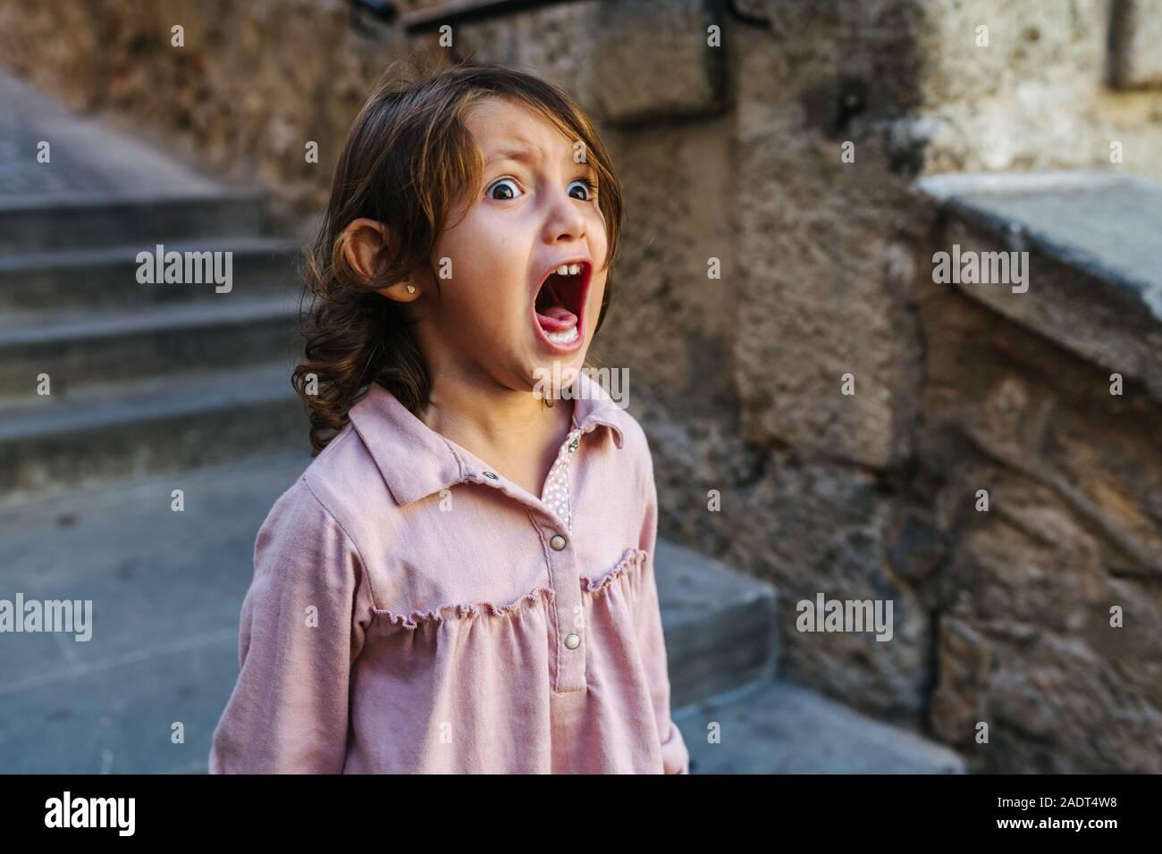 Jolie fillette de trois ans très en colère, criant d'une journée ensoleillée beaucoup Banque D'Images