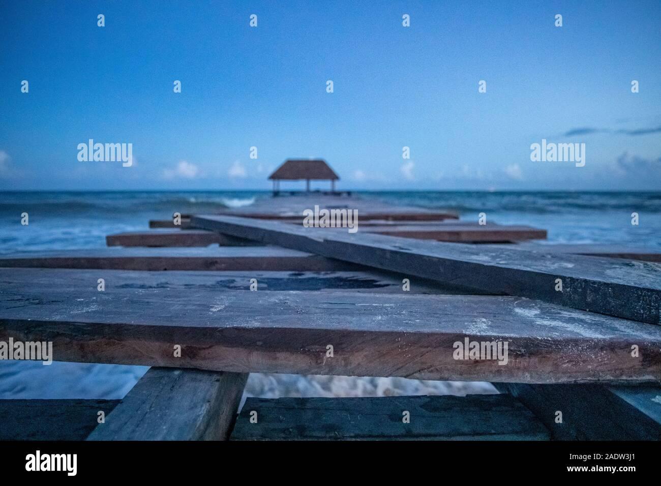 Passerelle en bois en mer des Caraïbes dans la soirée Banque D'Images