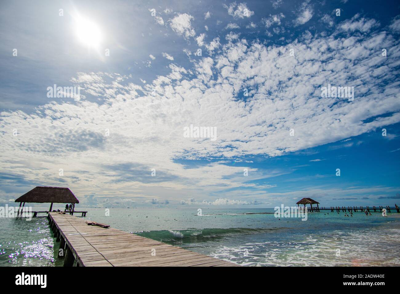 Passerelle en bois en de magnifiques avec la mer des Caraïbes et l'eau turquoise parfait ciel incroyable Banque D'Images