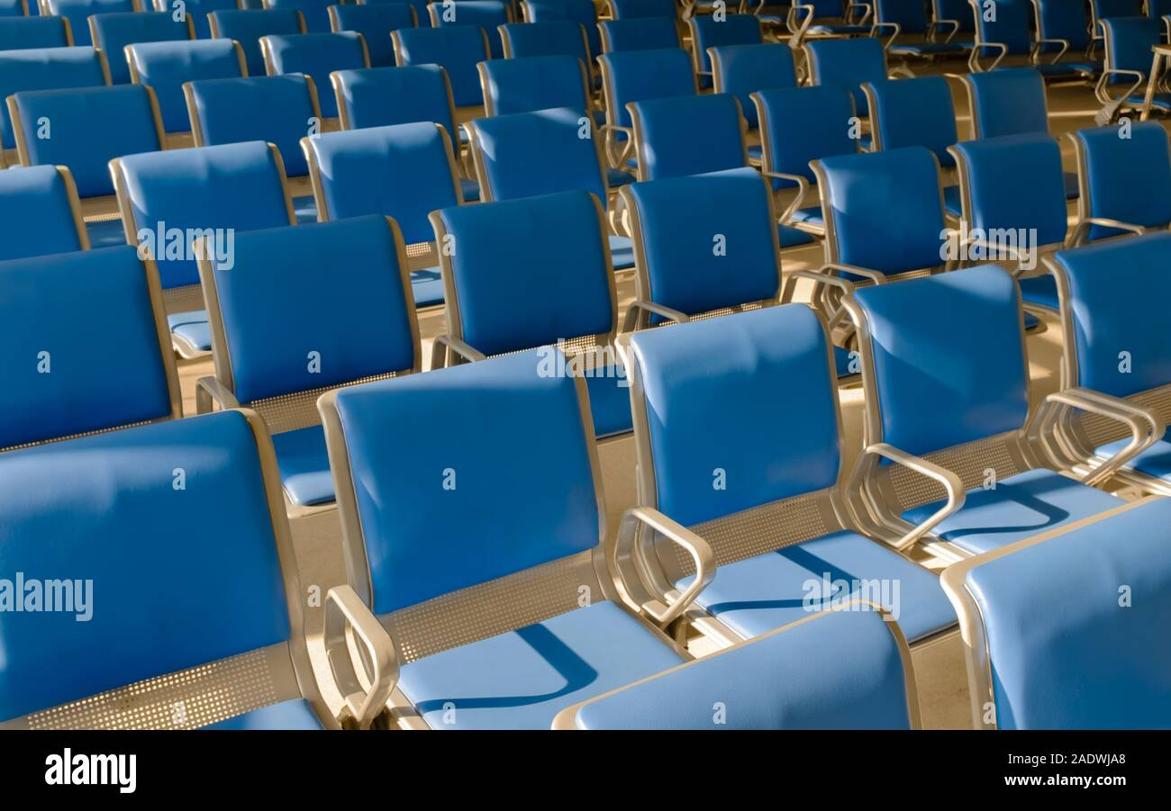 Des chaises dans une salle de départ de l'aéroport terminal, Banque D'Images