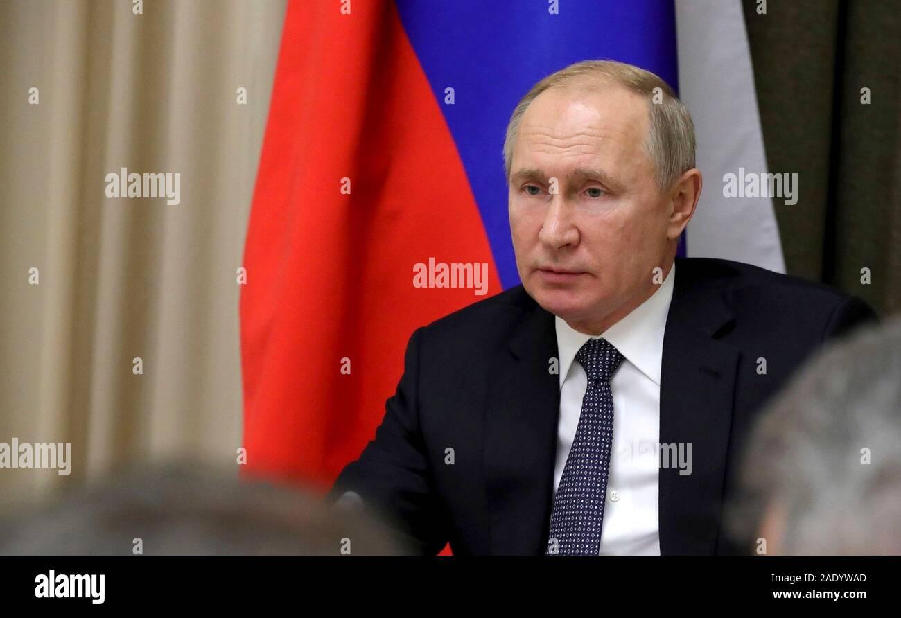 Le président russe Vladimir Poutine préside une réunion avec des responsables du ministère de la Défense et des représentants du complexe militaro-industriel à l'Bocharov Ruchei Décembre 4, 2019 à Sotchi, Russie. Banque D'Images