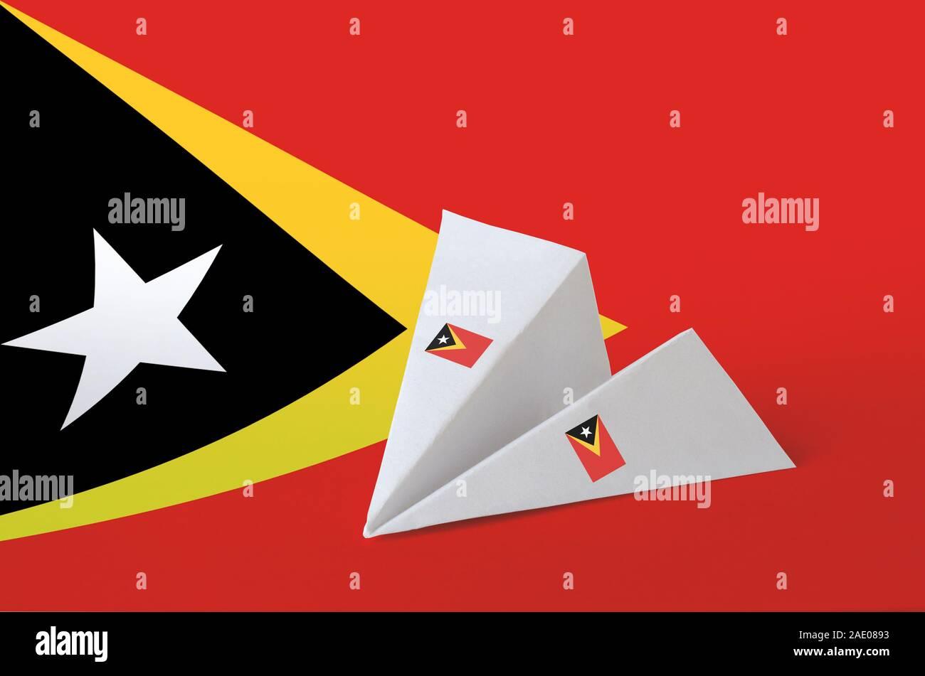 Drapeau Timor Leste représentées sur les avions en origami papier. Concept arts artisanaux orientaux Banque D'Images