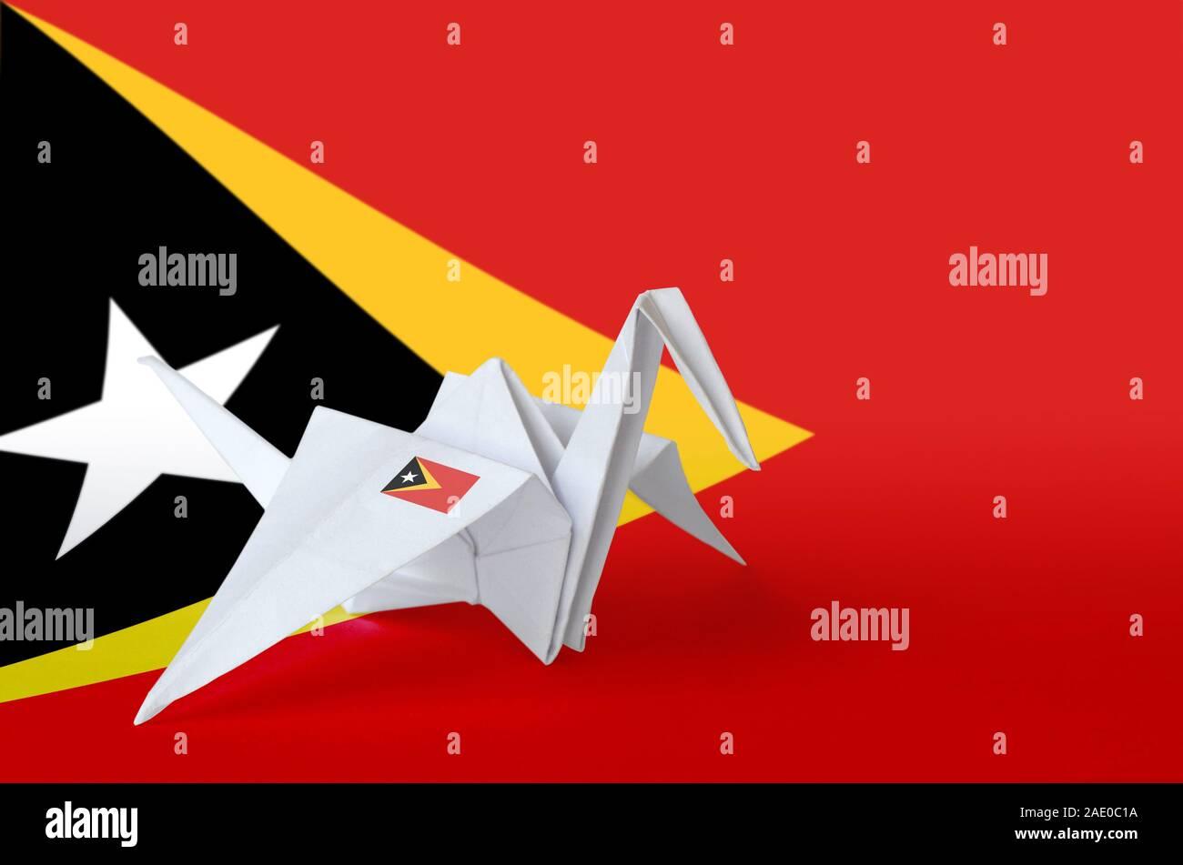 Drapeau Timor Leste représenté sur papier origami crane aile. Concept arts artisanaux orientaux Banque D'Images