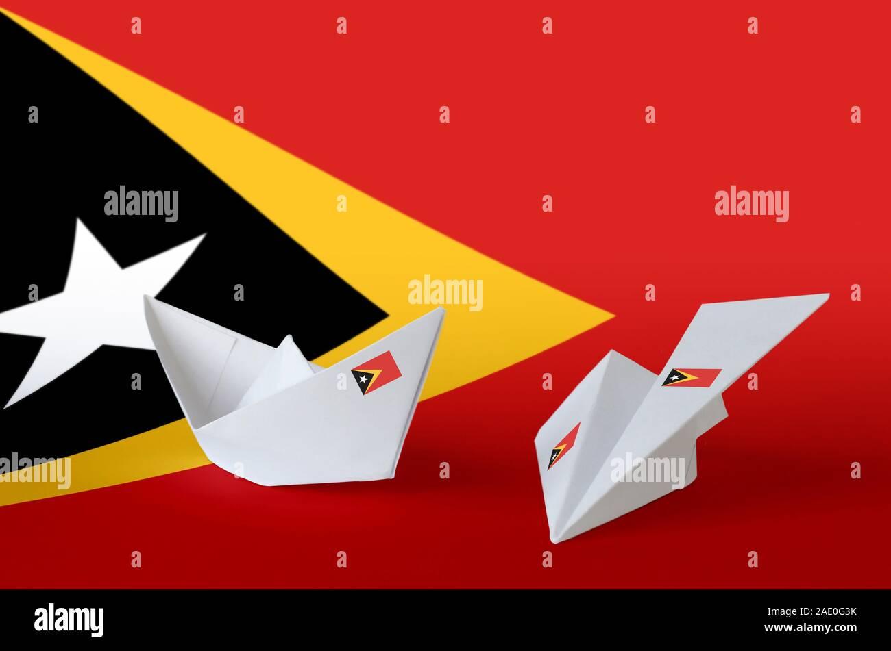 Drapeau Timor Leste représentés sur l'origami papier avion et bateau. Concept arts artisanaux orientaux Banque D'Images