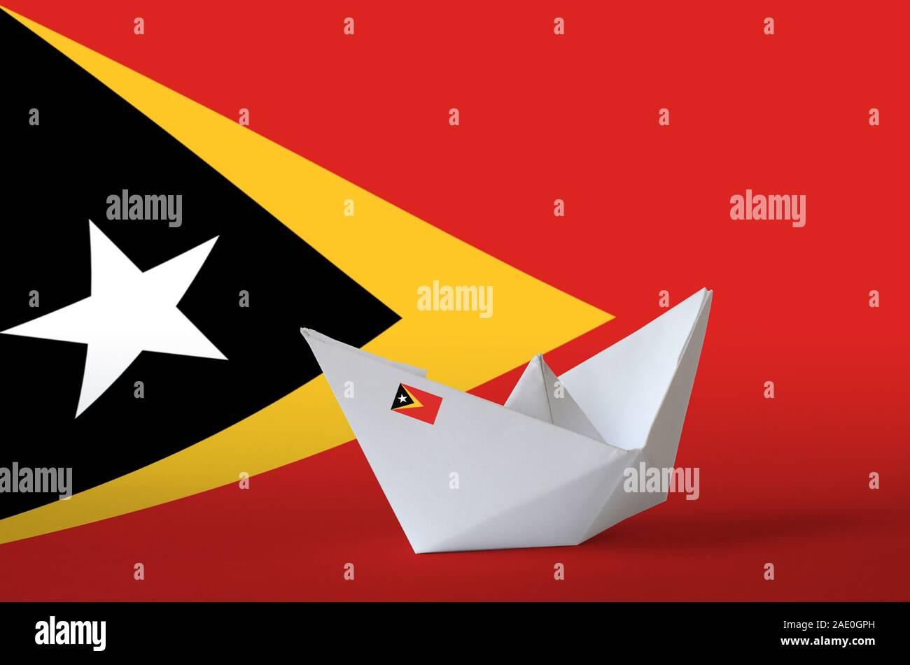 Drapeau Timor Leste représentés sur l'origami papier Gros plan du navire. Concept arts artisanaux orientaux Banque D'Images