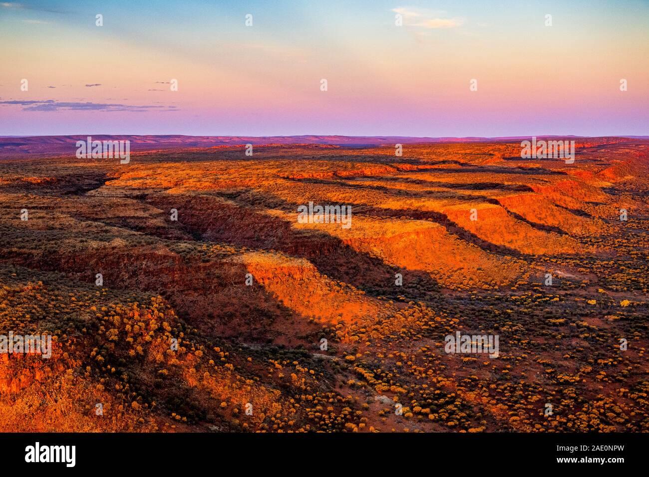 De superbes vues aériennes de la gamme George Gill au coucher du soleil. Situé dans le centre de l'Australie à distance. Banque D'Images