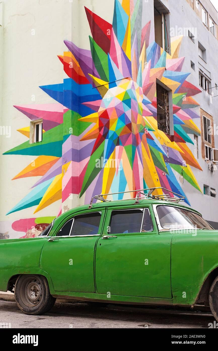 Green car en face d'une rue, graffiti Havana-Cuba Banque D'Images