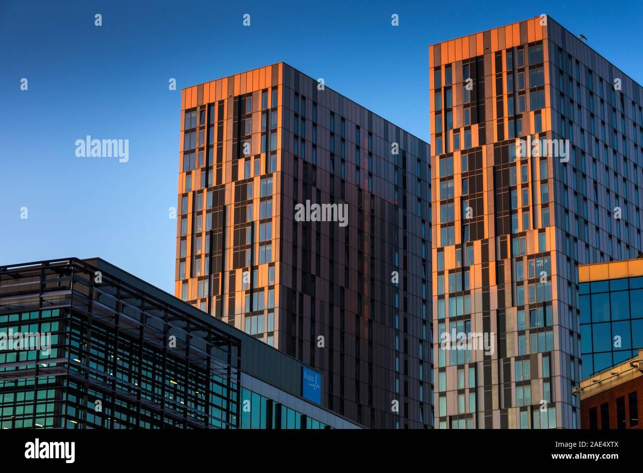 Coucher de soleil sur le X1, blocs appartements MediaCity Salford Quays, Manchester, Royaume-Uni. Banque D'Images