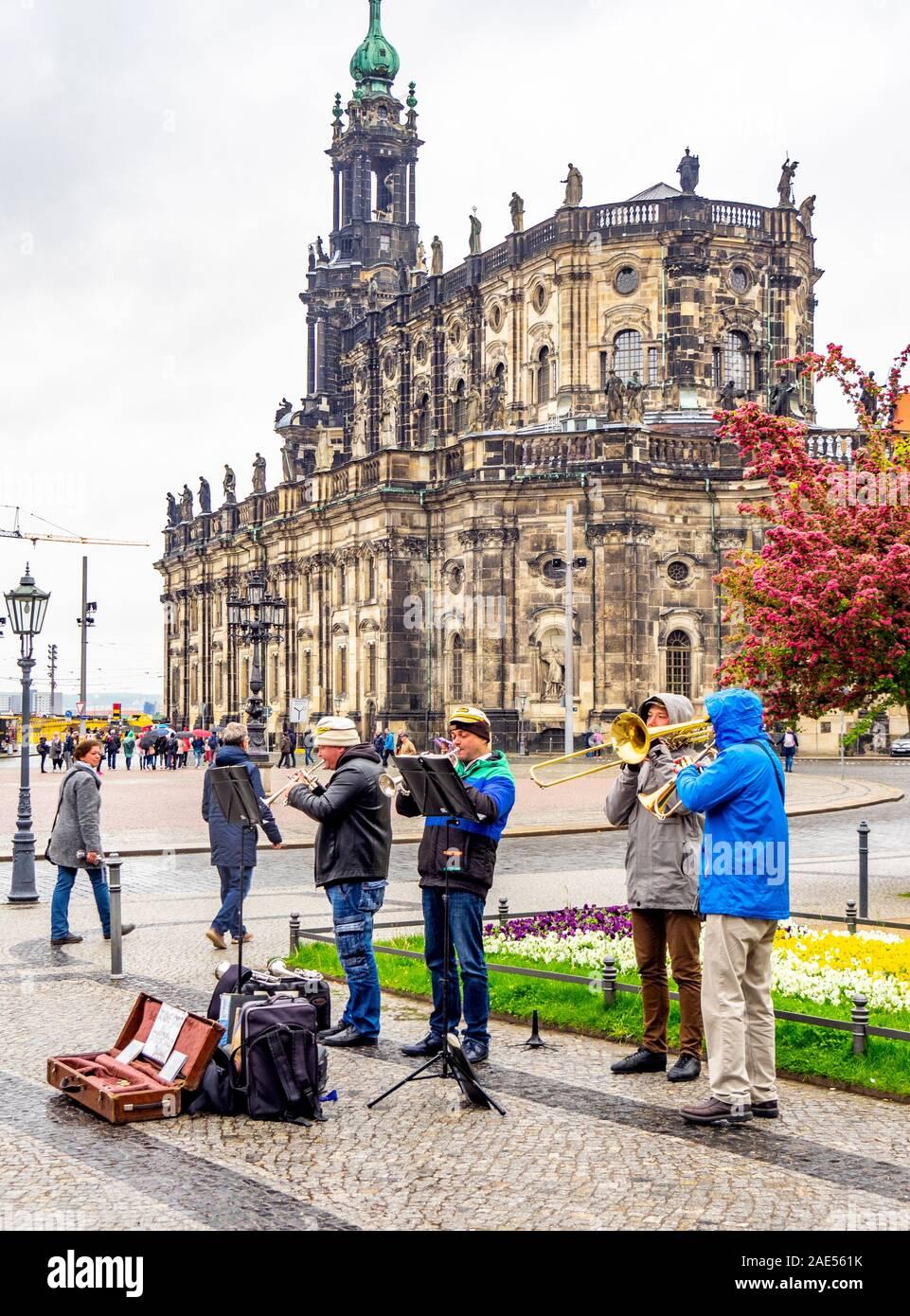 Dans la rue des musiciens et Theaterplatz cathédrale de la Sainte Trinité Dresde Saxe Allemagne. Banque D'Images