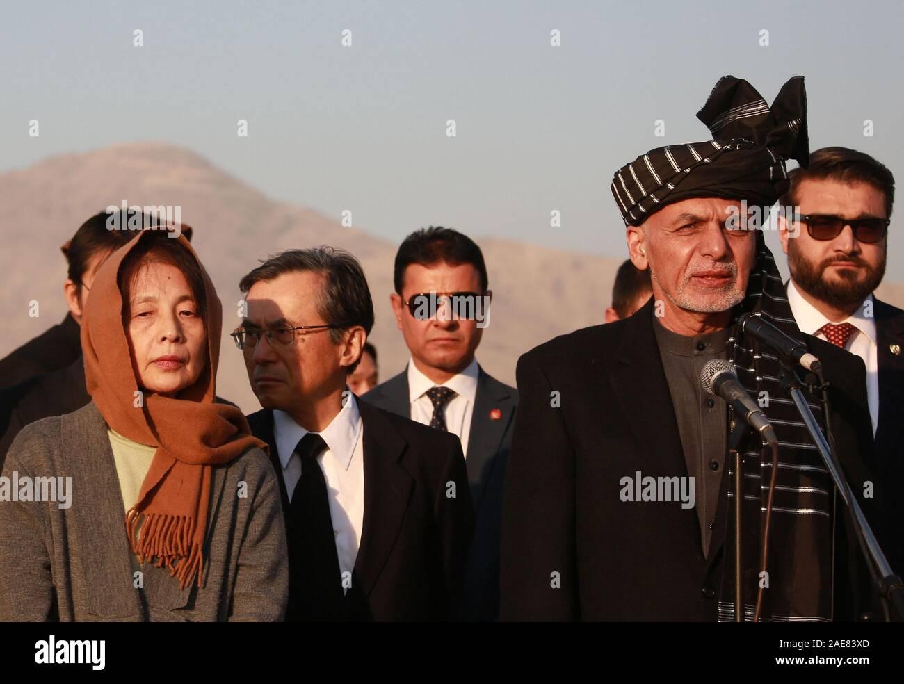 Kaboul, Afghanistan. 7 Décembre, 2019. Le président afghan, Mohammad Ashraf Ghani (R en face) parle au cours d'une cérémonie de rapatriement du reste des morts travailleur de l'aide japonaise Tetsu Nakamura à Hamid Karzia Aéroport International de Kaboul, Afghanistan, 7 décembre 2019 . Rahmatullah Crédit: Alizadah/Xinhua/Alamy Live News Banque D'Images