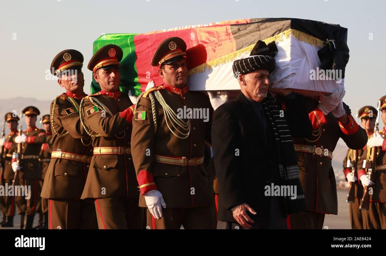 Kaboul, Afghanistan. 7 Décembre, 2019. Le président afghan, Mohammad Ashraf Ghani (1er r, avant) transporte le cercueil de travailleur de l'aide japonaise tué Tetsu Nakamura avec les gardes d'honneur lors d'une cérémonie de rapatriement à l'Aéroport International de Hamid Karzia à Kaboul, Afghanistan, 7 décembre 2019 . Rahmatullah Crédit: Alizadah/Xinhua/Alamy Live News Banque D'Images