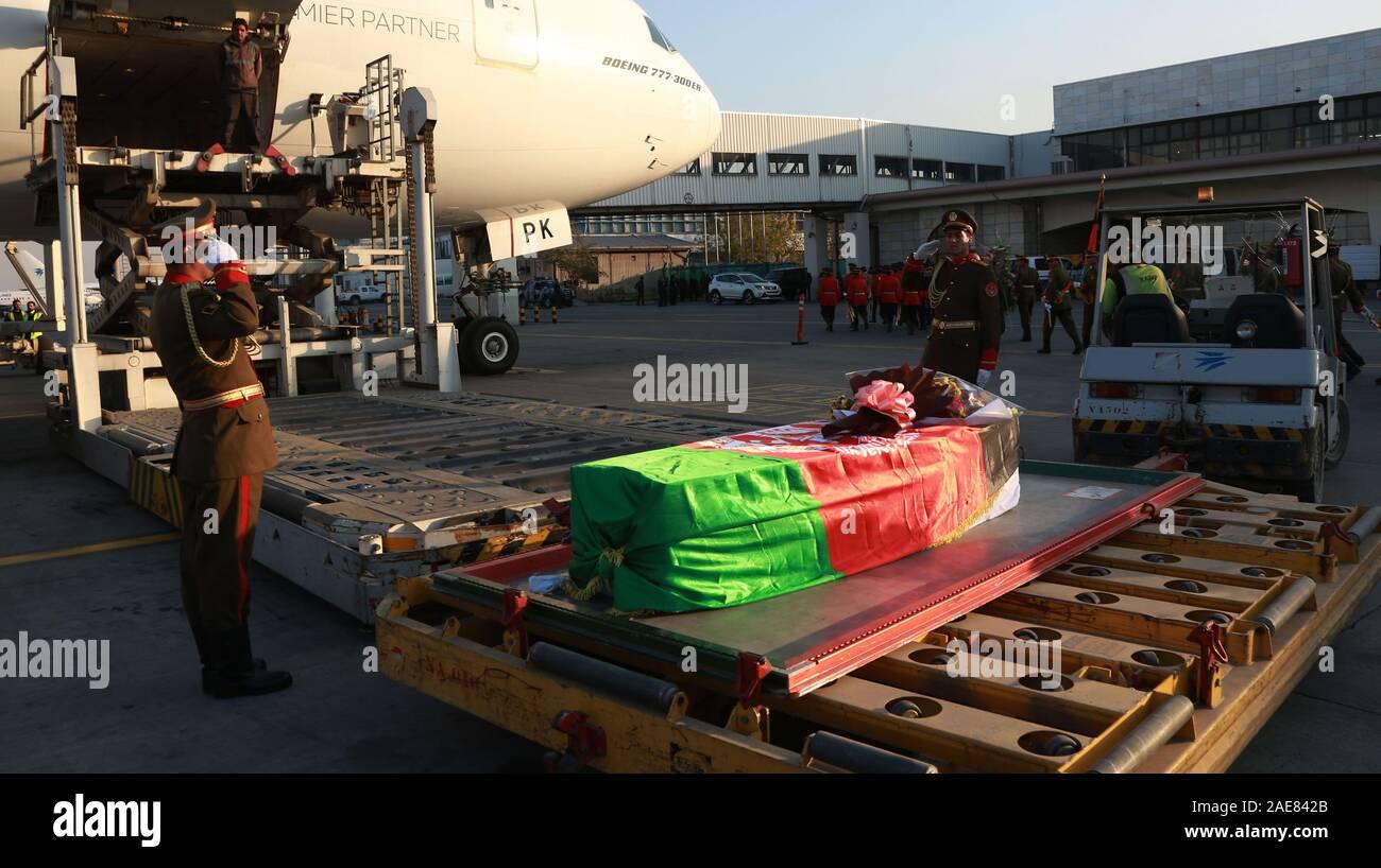 Kaboul, Afghanistan. 7 Décembre, 2019. Photo prise le 7 décembre 2019, montre le cercueil contenant les restes des morts travailleur de l'aide japonaise Tetsu Nakamura lors d'une cérémonie de rapatriement à l'Aéroport International de Hamid Karzia à Kaboul, Afghanistan, 7 décembre 2019 . Rahmatullah Crédit: Alizadah/Xinhua/Alamy Live News Banque D'Images