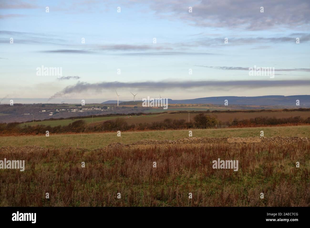 Le grand panache de fumée provenant de l'aciérie à Port Talbot, dans le sud du Pays de Galles à partir de 10 milles de distance et de dériver à travers la campagne. Banque D'Images