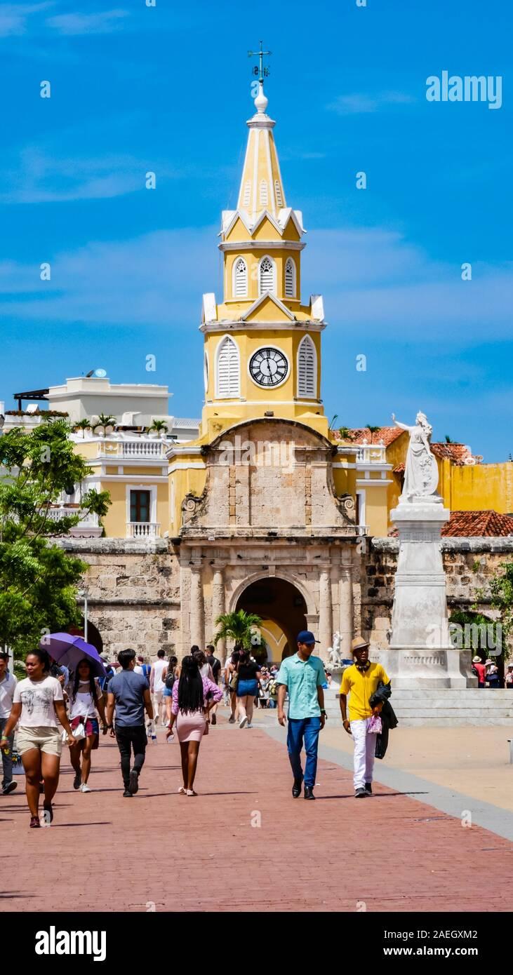 Les habitants de marcher en face de la tour de l'horloge porte qui est l'entrée principale dans la vieille ville de Carthagène Banque D'Images