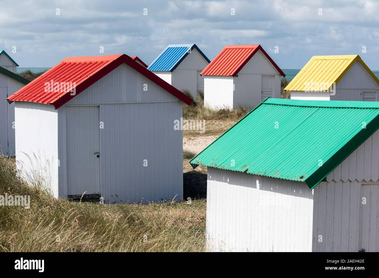 Cabines colorées à Gouville-sur-Mer, Normandie, France Banque D'Images