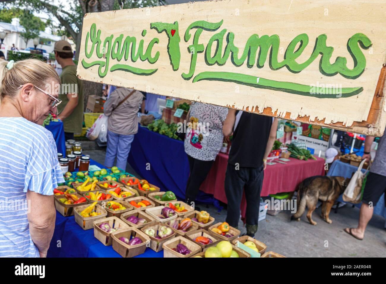 Florida Orlando Winter Park Downtown quartier historique Farmers' Market chaque semaine Samedi fournisseur extérieur de produits biologiques stand légumes femme shopping Banque D'Images