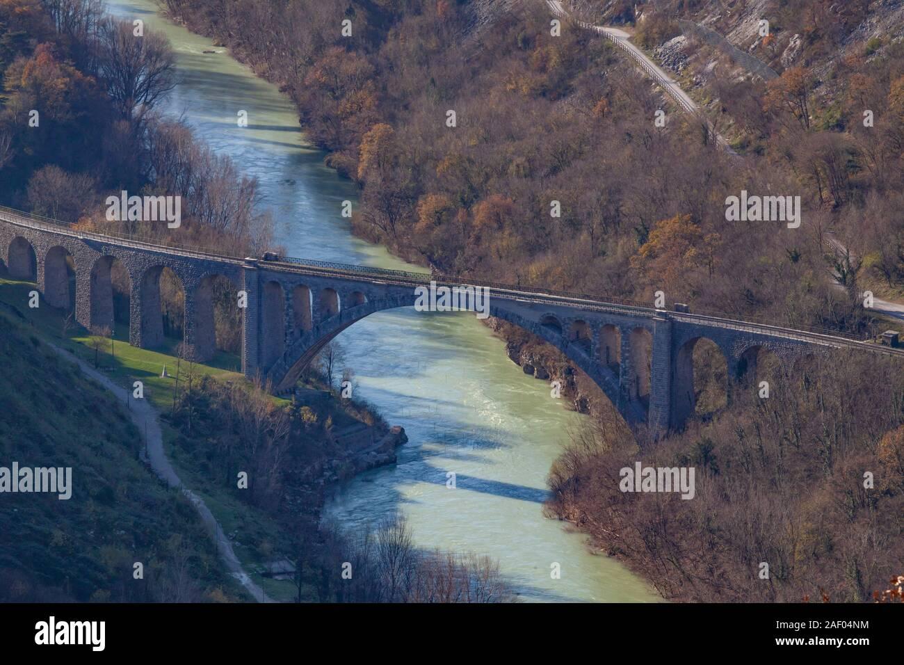 Le célèbre pont de Solkan avec la plus grande arche de pierre dans le monde Banque D'Images