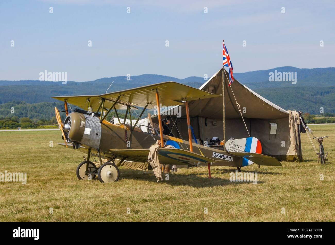 La Sopwith 1 1/2 Strutter coupe par la tente militaire.. Fahi Airhow, Sliac Slovaquie, 2017 Banque D'Images