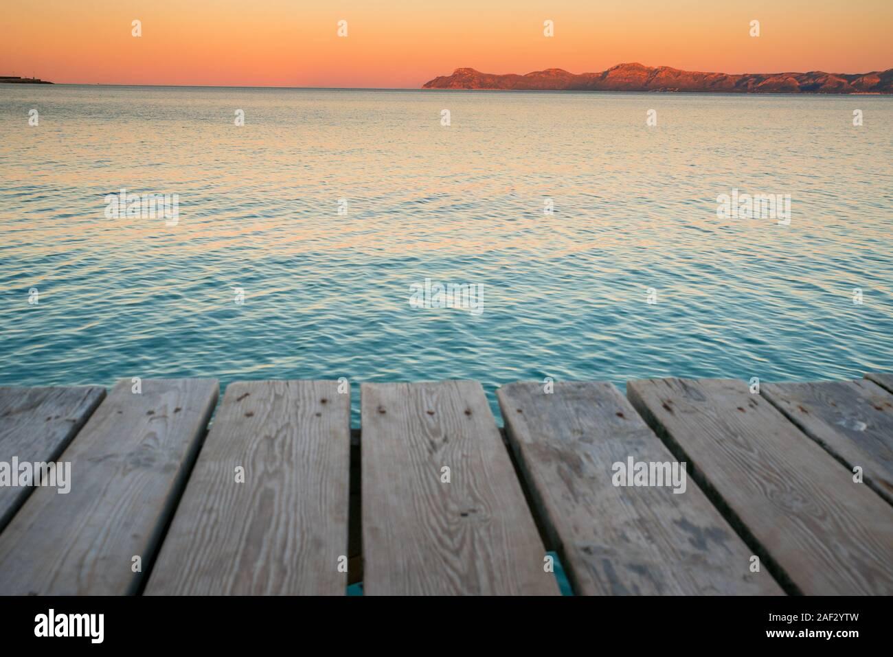 Photo de vacances d'été. Les couleurs de la mer et de la jetée de matin Banque D'Images