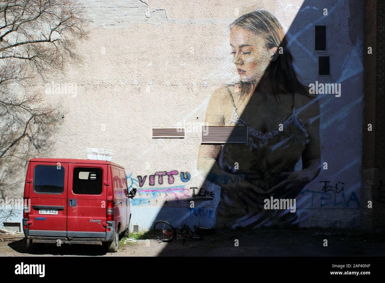 Femme Graffiti à l'homme sans-abri à van sur cour intérieure de Perhelä maintenant démolie en bloc Järvenpää, Finlande Banque D'Images