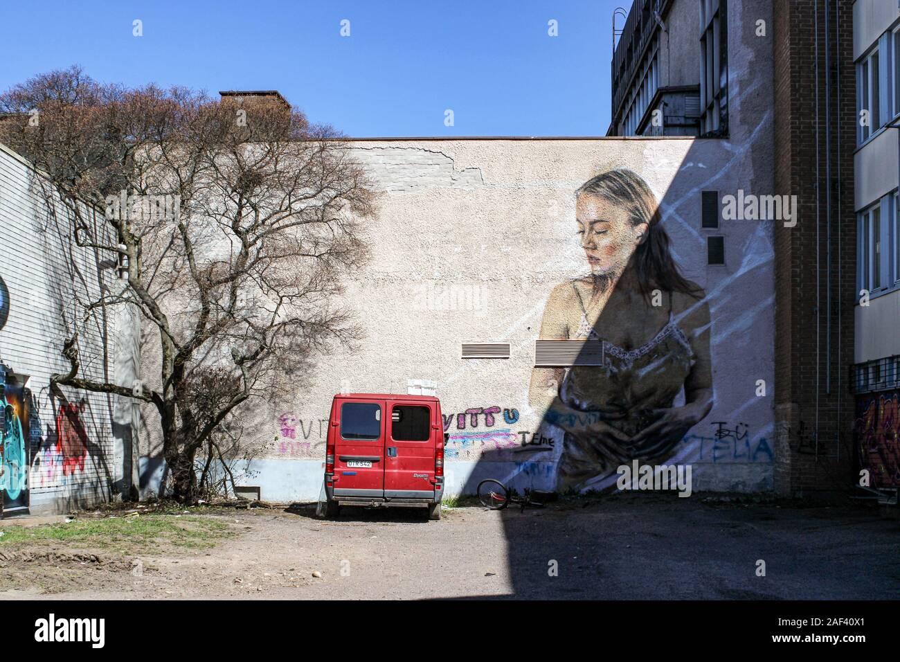 Van d'un sans-abri et grand graffiti sur cour intérieure de bâtiments à être démoli à Järvenpää, Finlande Banque D'Images