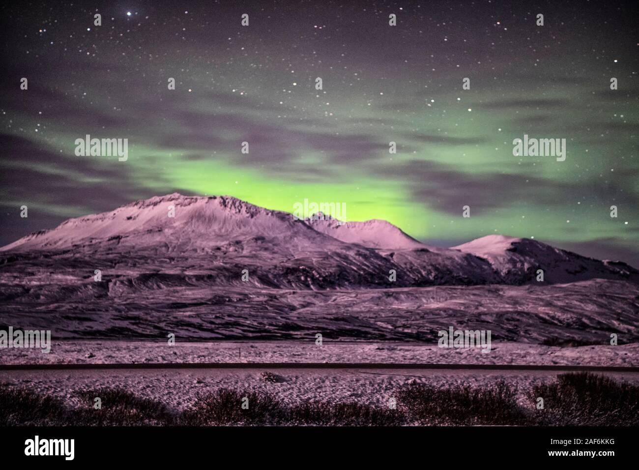 Des lumières du Nord au-dessus de la montagne à Reykjavik en Islande, Aurora Polaris, également connu sous le nom de Northern Lights Aurora Borealis, Banque D'Images