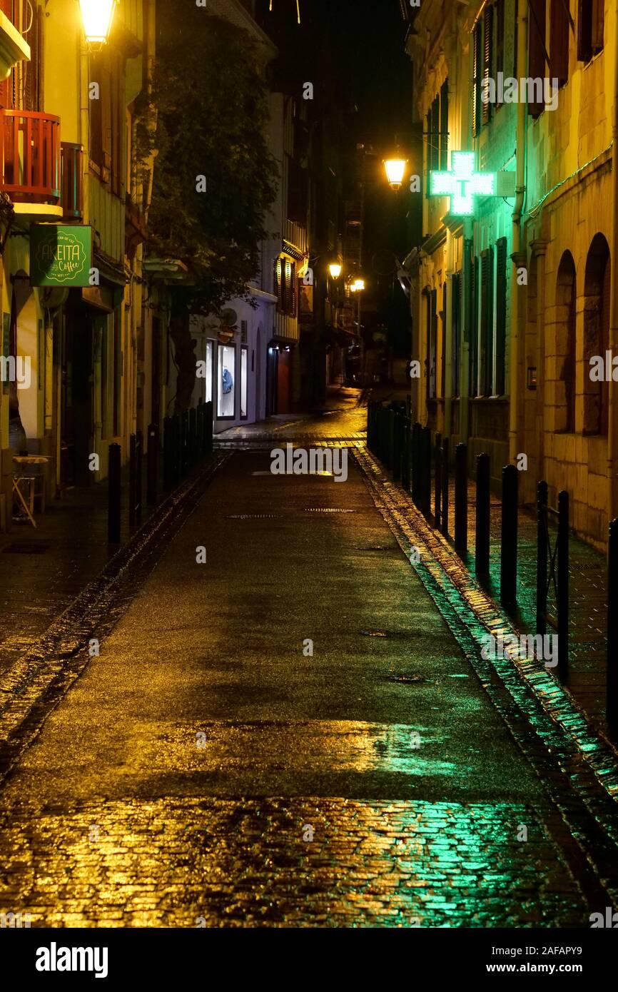 Vue de nuit dans les rues de Saint-Jean de Luz, Pyrénées-Atlantiques, France Banque D'Images