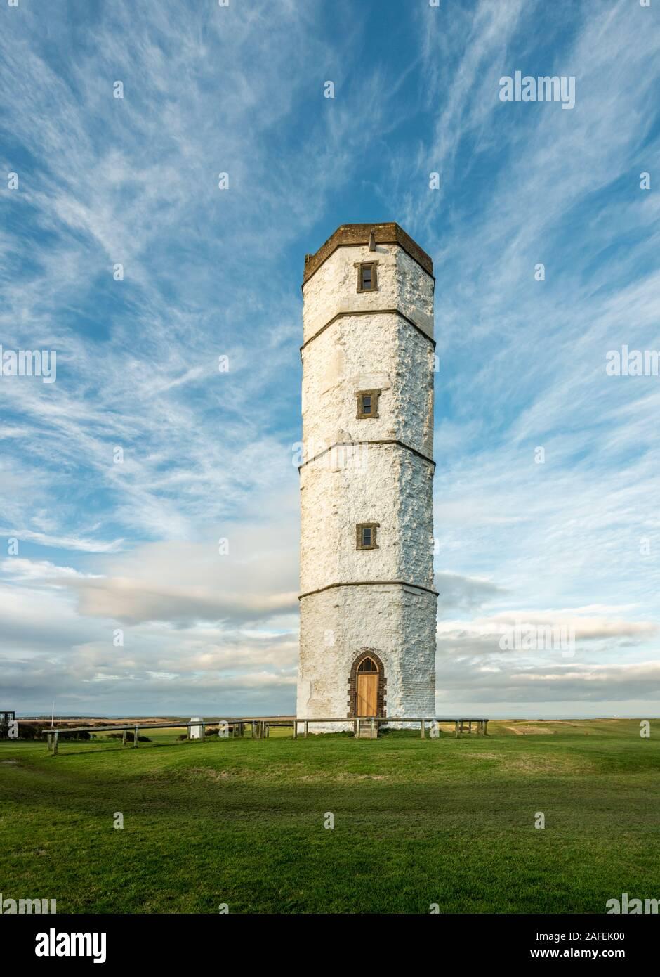 L'ancien bâtiment de la tour de craie à Flamborough Head avec une superbe toile de fond de ciel, East Riding of Yorkshire, UK Banque D'Images