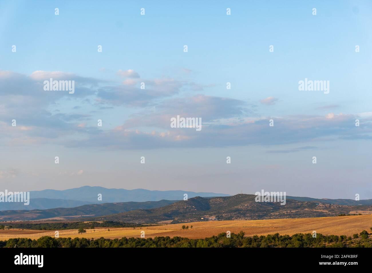 Ciel avec nuages et champs jaunes horizontales en Grèce Banque D'Images