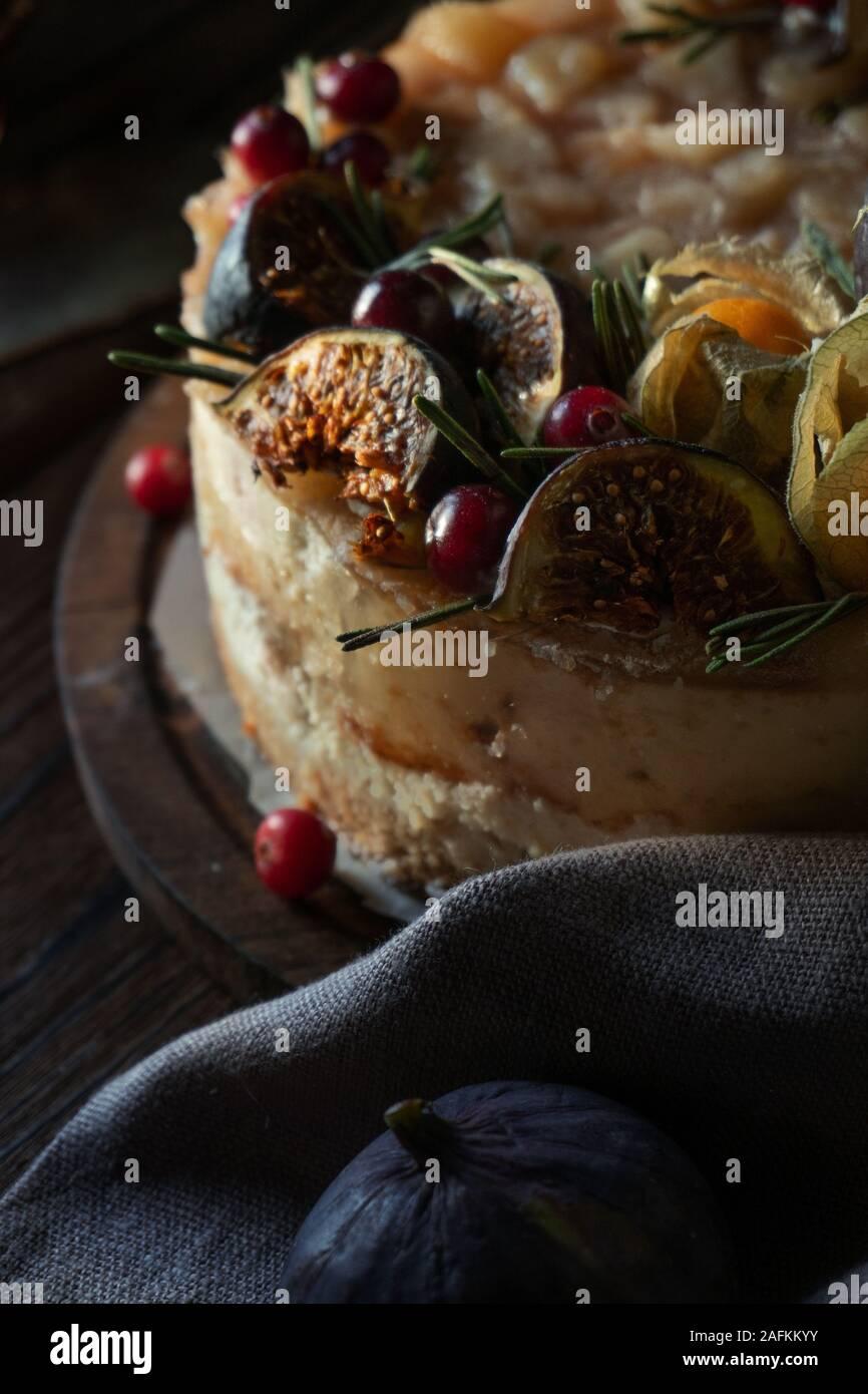 Gâteau au fromage avec physalis et dates sur un support en bois close up Banque D'Images