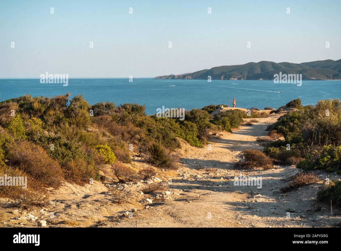 Mer et ombres sur la route horizontale en Grèce Banque D'Images