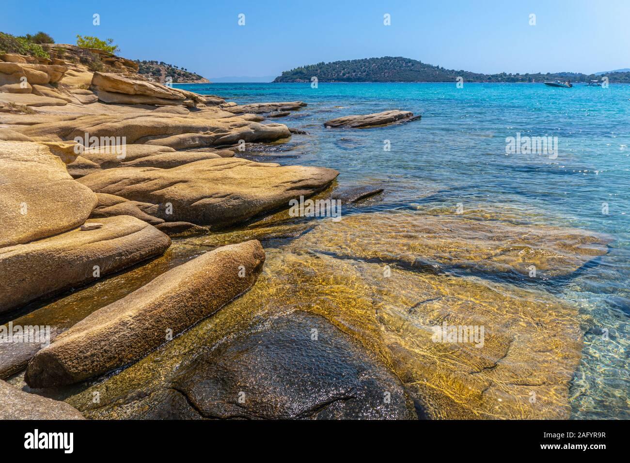 De grandes pierres jaune horizontale sous l'eau en Grèce Banque D'Images