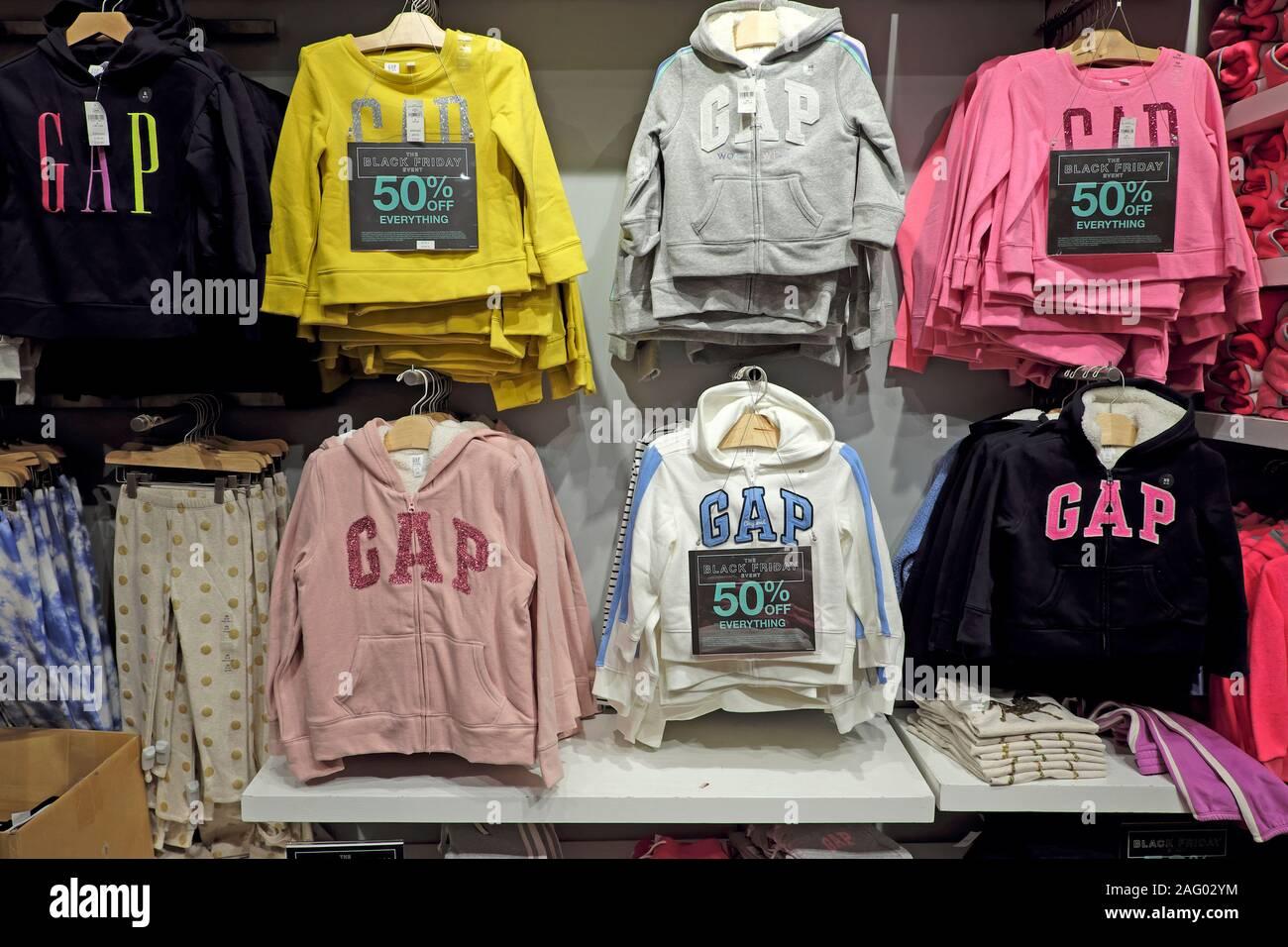 Vente de vêtements pour enfants GAP kids hoodies accrochée à un écart à l'intérieur du rack store à un nouveau changement de London UK KATHY DEWITT Banque D'Images
