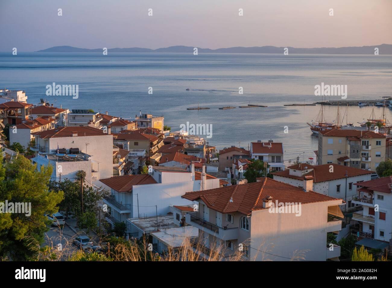 Mer et maisons aux toits rouges en Grèce vue aérienne l'horizontale Banque D'Images