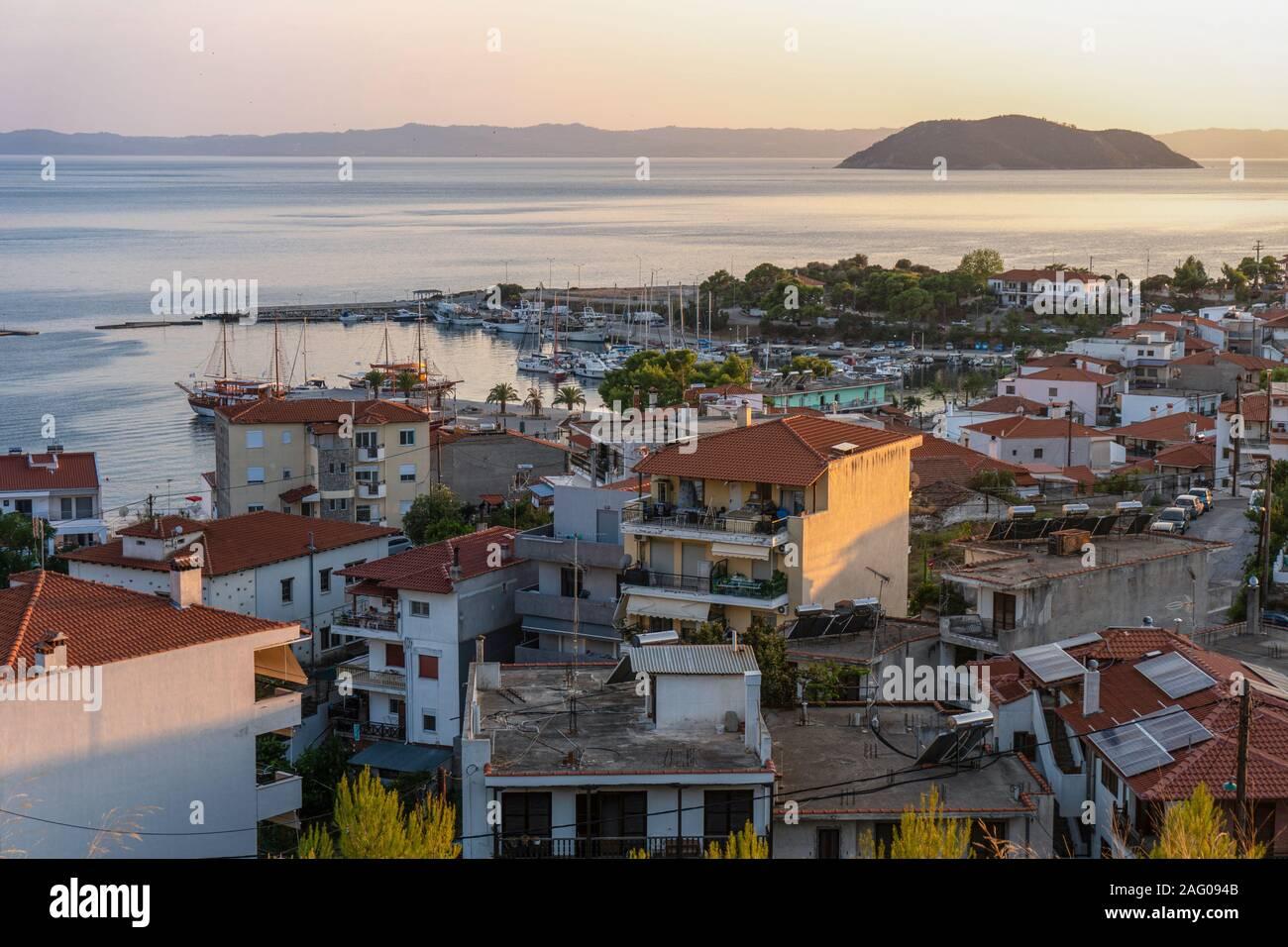 Les toits rouges des maisons et d'un rocher dans la mer en Grèce vue aérienne l'horizontale Banque D'Images