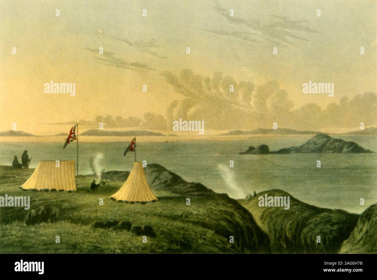 """'Vue sur la mer de l'Arctique, de l'embouchure de la rivière de la mine de cuivre, minuit, juillet 1821', (1946). Tentes avec drapeaux britanniques sur la côte du nord du Canada, représenté par un membre de l'expédition de John Franklin Coppermine de 1819-1822. Les longues heures d'ensoleillement durant l'été arctique a permis d'attirer au milieu de la nuit. Illustrations de """"Récit d'un voyage vers les rivages de la mer polaire"""" de John Franklin. Publié dans """"British explorateurs polaires"""", par l'Amiral Sir Edward Evans. [Collins, Londres, 1946] Banque D'Images"""