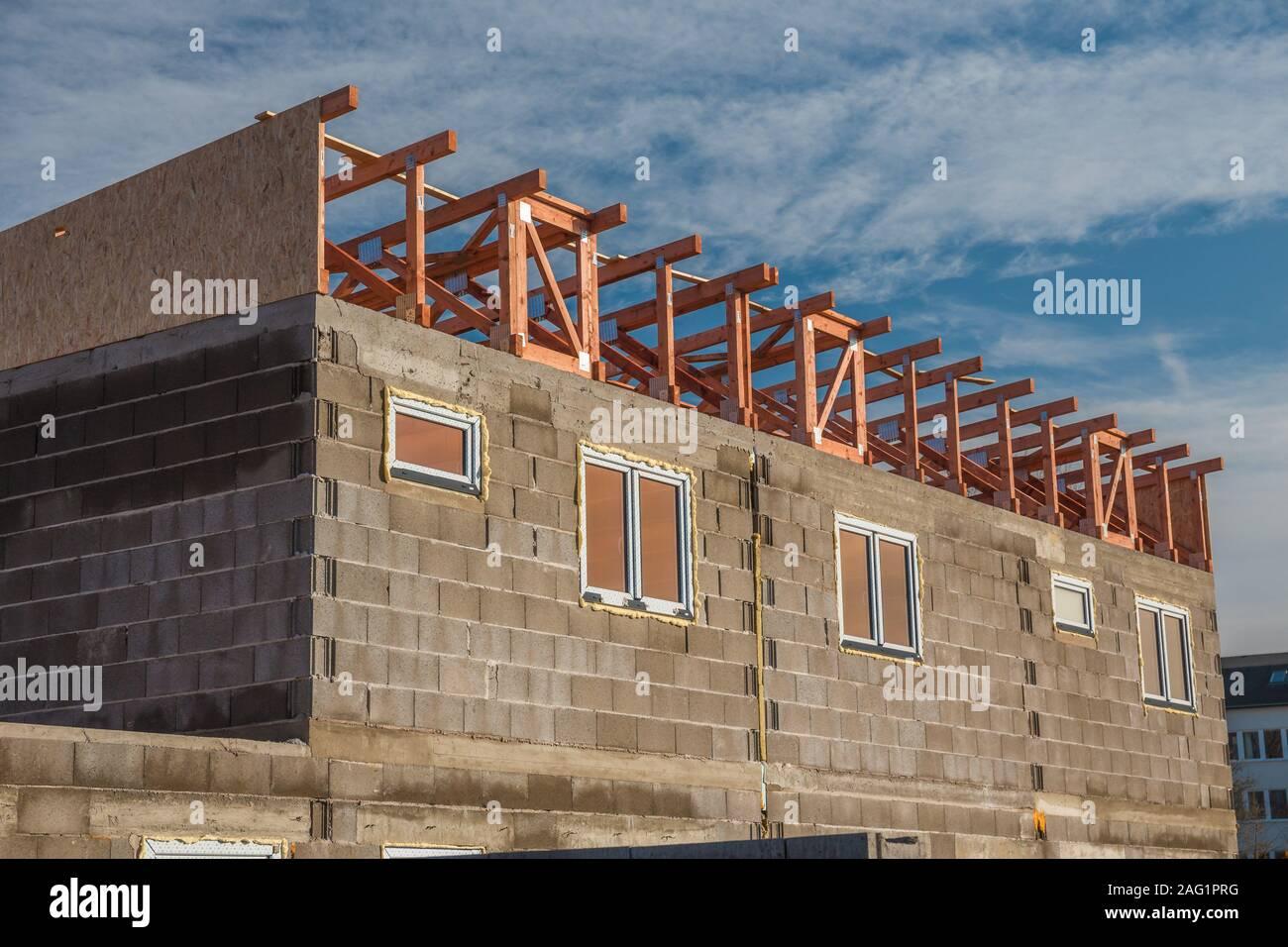 Maison en construction. Juste après l'instalation de panneaux sur le toit. Planches en bois et panneaux de bois pressé. Banque D'Images