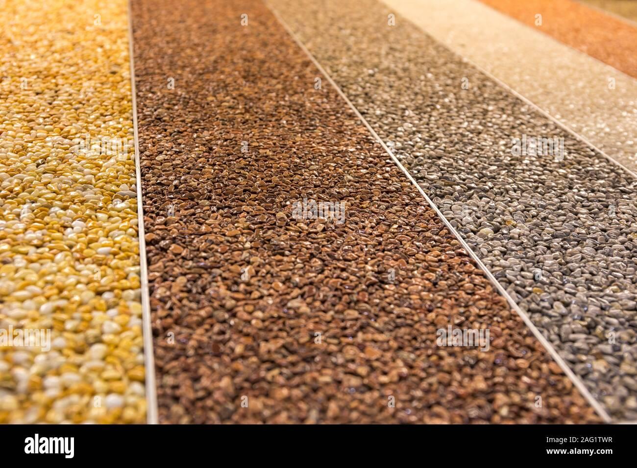 Close up d'un tapis de pierre naturelle. Revêtement en pierre décorative. Fini à plancher antidérapant contenant des particules de pierre naturelle. Ensemble de divers types et Banque D'Images